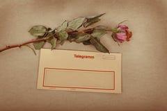 Vieille lettre avec la lettre d'amour des textes écrite avec l'encre. fond de texture de sépia Image stock