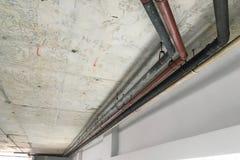 Vieille ligne de tuyaux sur le mur de ciment Photo libre de droits
