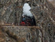 Vieille locomotive à vapeur dans le chemin de fer de Circum-Baikal Photos libres de droits