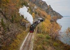 Vieille locomotive à vapeur dans le chemin de fer de Circum-Baikal Photographie stock libre de droits