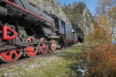 Vieille locomotive à vapeur dans le chemin de fer de Circum-Baikal Photo libre de droits