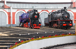 Vieille locomotive à vapeur noire en Russie Photo libre de droits