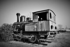 vieille locomotive hors d'usage photographiée en noir et blanc pour donner un sens des périodes passées photos libres de droits