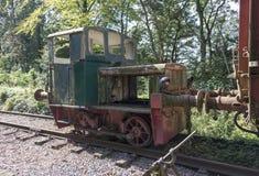 Vieille locomotive rouillée de train au hombourg de trainstation Image libre de droits