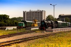 Vieille locomotive sur les voies de dégrossissage de la gare ferroviaire photos stock