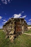 Vieille Logarithme-Maison la borne/en Alaska image stock