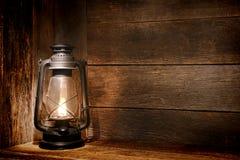 Vieille lumière de lanterne de kérosène dans la grange rustique de pays Image libre de droits