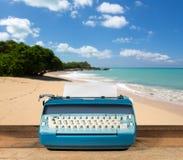 Vieille machine à écrire électrique sur la table en bois avec le fond d'océan Photographie stock libre de droits