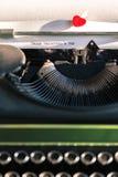 Vieille machine à écrire avec des mots de l'amour Photographie stock