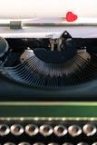 Vieille machine à écrire avec des mots de l'amour Images stock