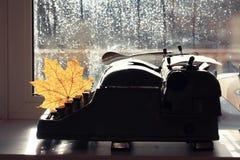 Vieille machine à écrire avec la feuille sèche Photo libre de droits