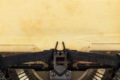 Vieille machine à écrire avec le papier Photos stock