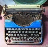 Vieille machine à écrire bleue antique Image stock
