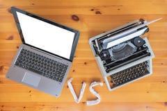 Vieille machine à écrire contre le nouvel ordinateur portable sur la table Concept de progrès de technologie photographie stock libre de droits