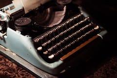 Vieille machine à écrire dans l'obscurité images stock