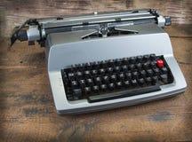 Vieille machine à écrire des années '70 avec l'espace de papier et de copie Images libres de droits