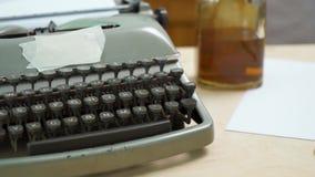 Vieille machine à écrire grise et papier blanc banque de vidéos