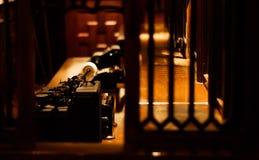 Vieille machine à écrire pour le côté sur le bureau Photos stock