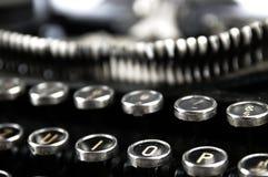 Vieille machine à écrire poussiéreuse vue vers le haut de la fin Images stock