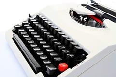 Vieille machine à écrire se reposant sur une table Images libres de droits