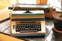 Vieille machine à écrire sur le rebord de fenêtre Photographie stock libre de droits