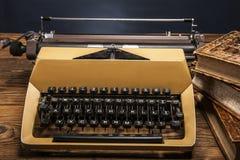 Vieille machine à écrire, une pile des livres et beaucoup de créativité Photo libre de droits