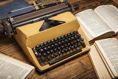 Vieille machine à écrire, une pile des livres et beaucoup de créativité Photos libres de droits
