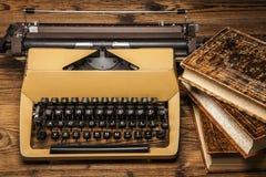 Vieille machine à écrire, une pile des livres et beaucoup de créativité Images libres de droits