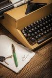 Vieille machine à écrire, une pile des livres et beaucoup de créativité Images stock