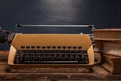 Vieille machine à écrire, une pile des livres et beaucoup de créativité Image libre de droits