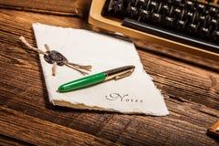 Vieille machine à écrire, une pile des livres et beaucoup de créativité Photo stock