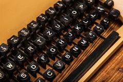 Vieille machine à écrire, une pile des livres et beaucoup de créativité Photographie stock