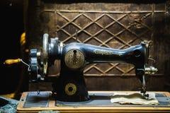 Vieille machine à coudre image stock