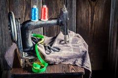 Vieille machine à coudre avec des ciseaux et des fils Photographie stock
