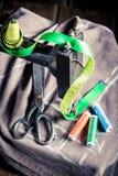 Vieille machine à coudre avec la bande, l'aiguille et les fils de tailleur Photographie stock libre de droits