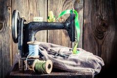 Vieille machine à coudre avec les fils, les ciseaux et le tissu colorés Photos stock