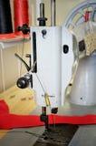 Vieille machine à coudre dans le studio de couture la vue de côté, se ferment, v Photo libre de droits