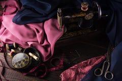 Vieille machine à coudre, tissus, ciseaux et d'autres accessoires Photos libres de droits