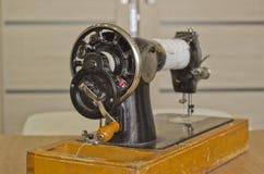 Vieille machine à coudre photos libres de droits