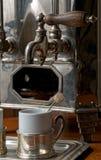 Vieille machine chaude portugaise de café photographie stock libre de droits