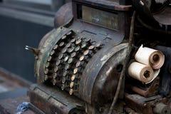 Vieille machine de caisse comptable Image stock