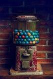 Vieille machine de Gumball avec les oeufs colorés Photographie stock libre de droits