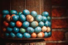 Vieille machine de Gumball de plan rapproché avec les oeufs colorés Image libre de droits