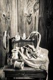 Vieille machine de tailleur avec des fils, des ciseaux et le tissu Images libres de droits