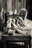 Vieille machine de tailleur avec les ciseaux, le tissu et les fils Photos libres de droits