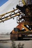 Vieille machine pour extraire le sel de mer dans un salin dans le Camargue Images stock
