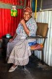 Vieille Madame africaine douce dans la maison à faibles revenus de Soweto photographie stock