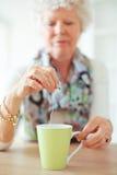Vieille Madame Holding un sachet à thé Photo libre de droits