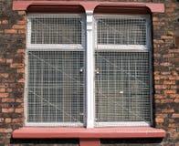 Vieille maille d'acier de fenêtre d'entrepôt photos stock