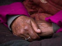 Vieille main tibétaine de femme Ladakh, Inde Photo libre de droits